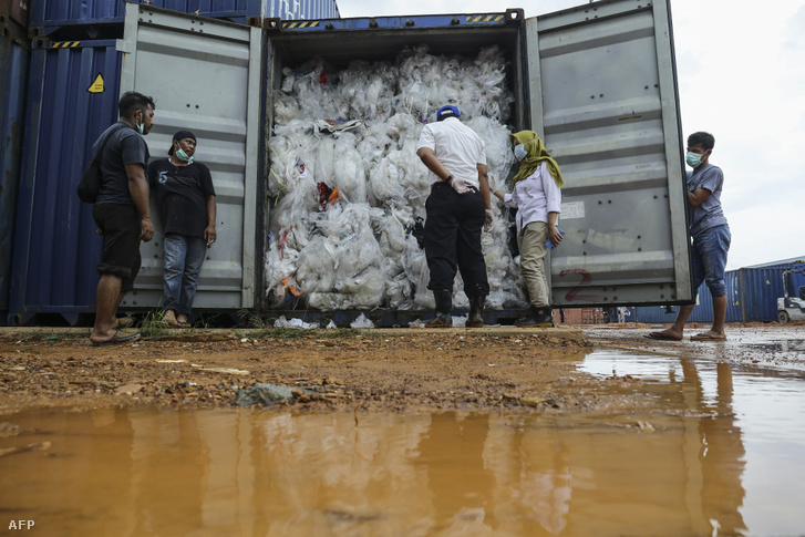 Indonéziai tisztviselők ellenőrzik a 49 konténer egyikét, ami tele van műanyag szeméttel és visszaküldték Franciaországba, illetve a többi küldő országba 2019. július 2-án