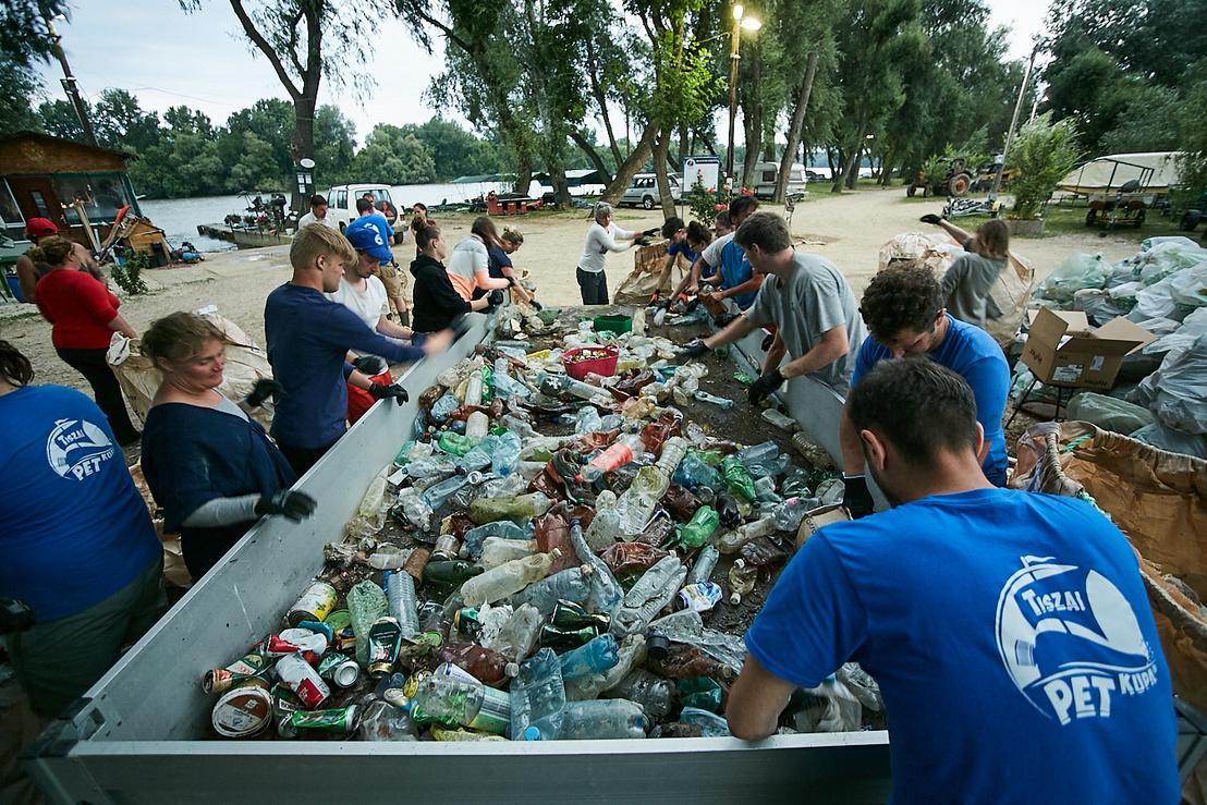 Tiszai önkéntesek egy utánfutóra öntötték be a zsákok tartalmát, amit a csatárláncba állt civilek válogattak szét palackokra, fémtárgyakra, üvegekre és háztartási szemétre. A műanyag palackok kupakját lecsavarva az utánfutóba öntöttük a felismerhetetlenségig megrohadt folyadékokat 2019. június 17-én.