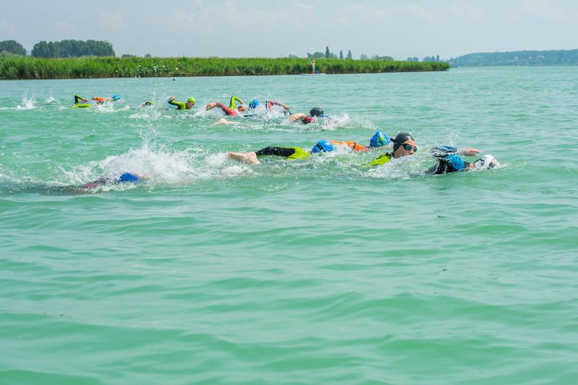 10 évesek ússzák át hosszában a Balatont: nemes célt tűztek ki maguk elé a gyerekek