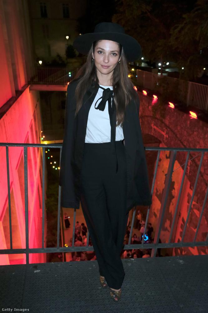 Annabelle Belmondo a hétfői balesetecskét követően kedden már ebben a szettben partizott a Palais De Tokyo-ban