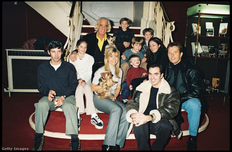 Ezen az 1998-as képen Jean-Paul Belmondo francia színészlegenda látható a családjával
