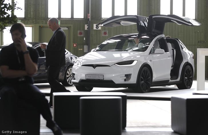 Egy Tesla Model X autó a berlini Tempelhof repülőtéren 2019. május 24-én