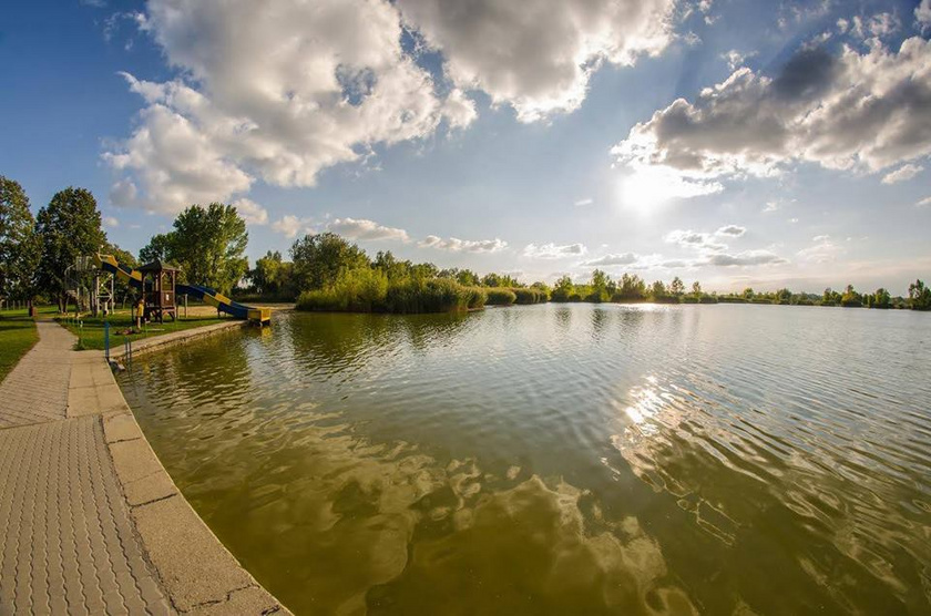 A Kiskunhalas szomszédságában található Kun-Fehér-tó vízminősége kitűnő, kellően nyugodt, de nyáron fesztivált is tartanak mellette. Kunfehértó községben sok látnivaló, így tájház és szabadidőpark is van.