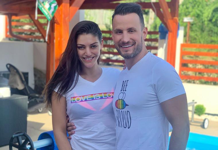 Kulcsár Edina és Csuti egy-egy Pride-pólóban.