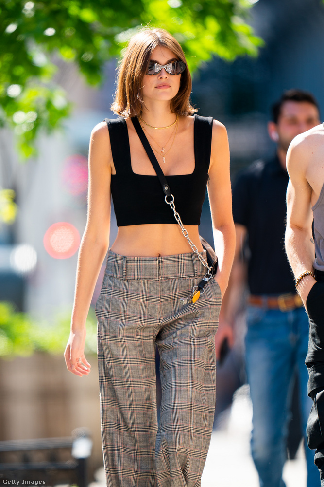 És ha már egy utcai ruhás fotóval kezdtük, egy utcai ruhás fotóval is fejezzük be ezt a lapozgatót: így mászkált Kaia Gerber New Yorkban június 26-án