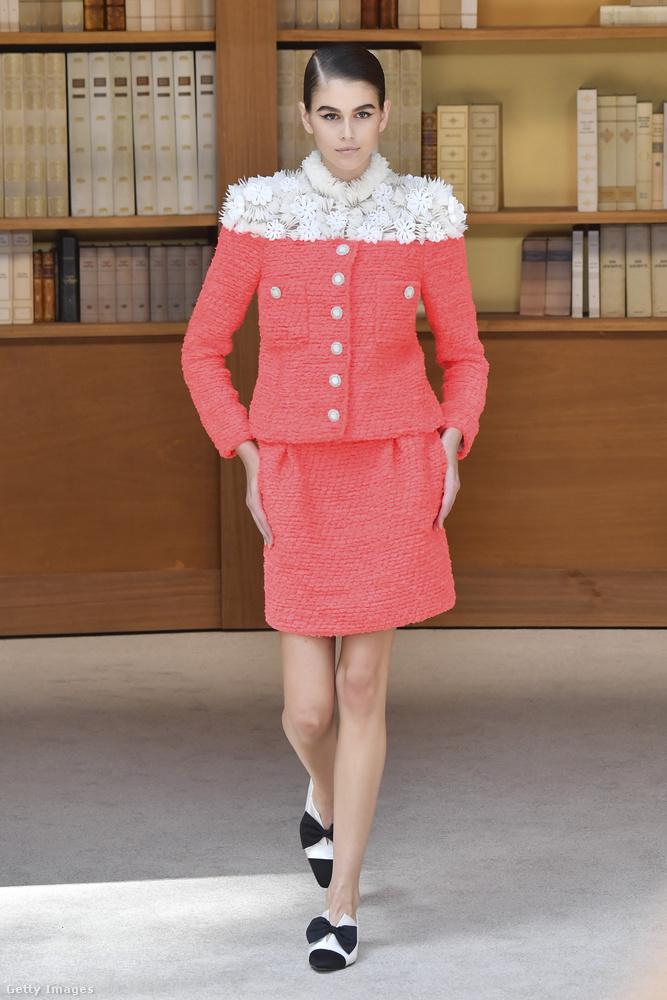Kaia Gerber egyébként nemcsak a Givenchynél szeperelt az idén nyári haute couture divathéten Párizsban, hanem a Chanelnél is kifutóra került, igaz, itt egy valamivel kevésbé látványos ruhában.