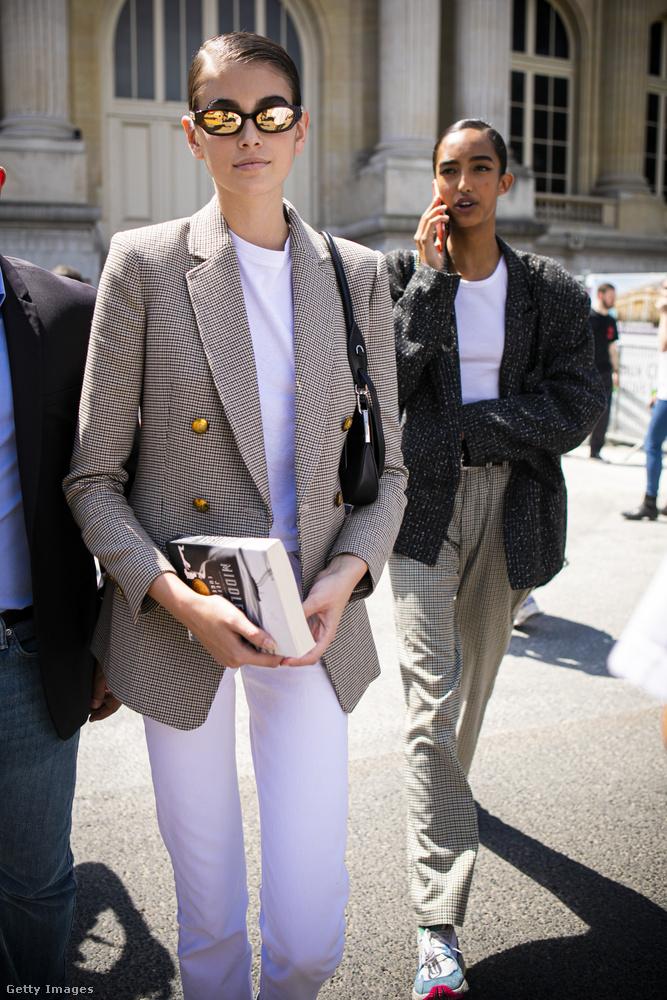 Ezen a képen éppen Kaia Gerber érkezik Párizsban az haute couture divathét egyik eseményére