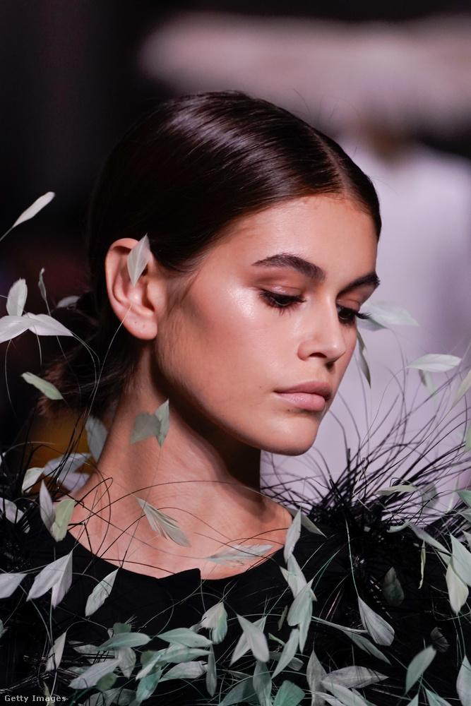 Szép legyen, egyedi és luxuskivitelű, ezek itt a fontos kritériumok, és valószínűleg elmondhatjuk, hogy Kaia Gerber, illetve az általa bemutatott Givenchy-ruha bőven teljesíti ezeket a követelményeket.