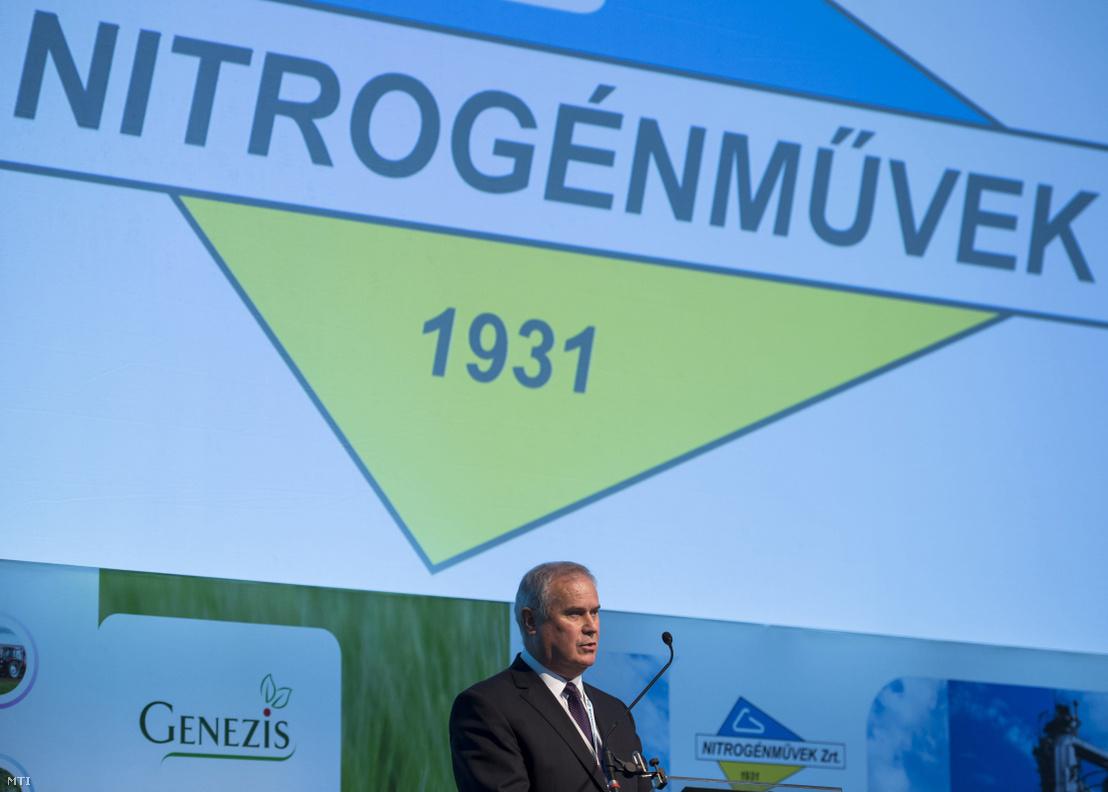 Szilágyi János, a Nitrogénművek Zrt. vezérigazgatója beszédet mond a cég 140 milliárd forint értékű beruházásáról tartott tájékoztatón Pétfürdőn 2016. szeptember 22-én.