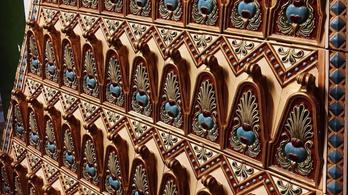 Látványos Zsolnay-kandalló készült a Budavári Palotába