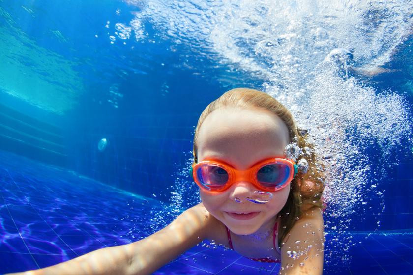 gyerek-viz-alatt-uszik
