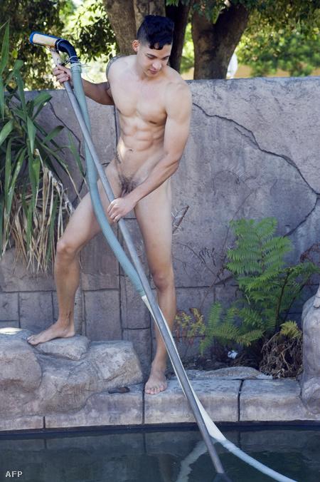 A medencén ügyködik éppen a fokvárosi nudista takarító