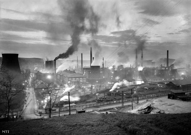 1954. március 27. Az Ózdi Kohászati Üzemek látképe. Az Ózdi Kohászati Üzemek dolgozói a kongresszusi versenyben jelenleg az első helyen állnak. A II. pártkongresszus idején Ózd nyerte el a Központi Vezetőség Zászlaját.