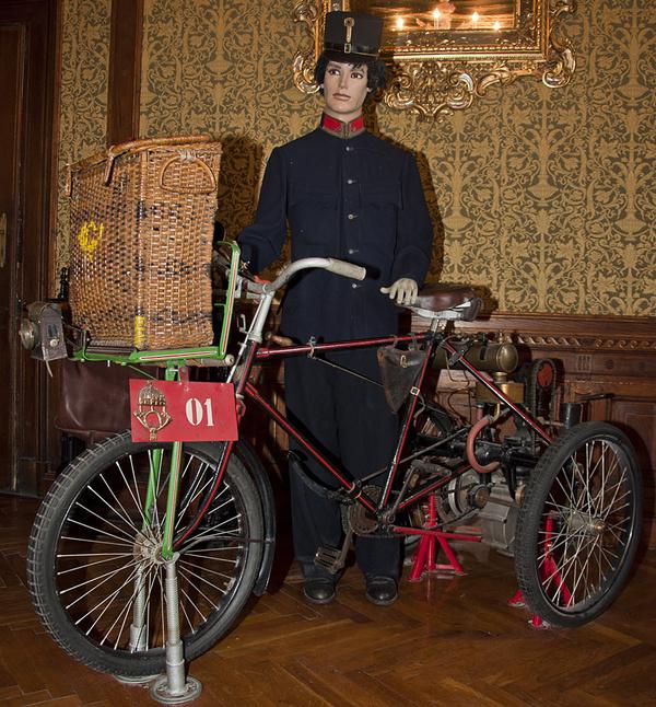 Életkép triciklivel a Postamúzeumból