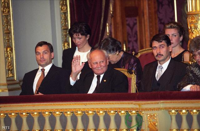 Budapest, 1999. október 22. Orbán Viktor miniszterelnök, Göncz Árpád köztársasági elnök és Áder János , az Országgyűlés elnöke megtekinti az 1956-os forradalom és szabadságharc évfordulójának előestéjén tartott ünnepi megemlékezést az Operaházban