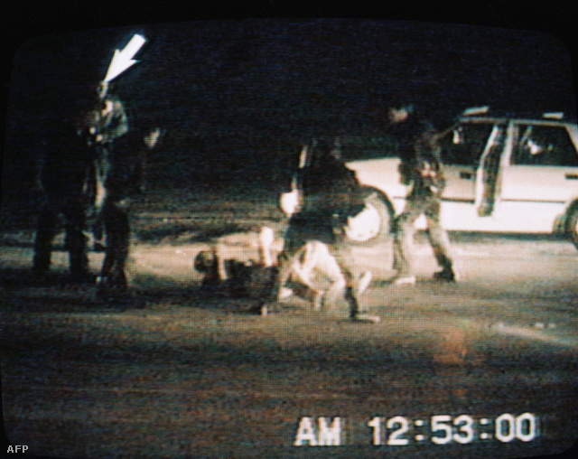 1992. április 29-én több napig tartó súlyos zavargások törtek ki Los Angelesben. A város egyes részei teljesen elszigetelődtek. A rendbontást hat nap alatt tudta csak együttes erővel megfékezni a rendőrség, a városba vezényelt kétezer Nemzeti Gárdista és a később csatlakozott tengerészgyalogság.                         A Rodney King, 1991. március 3-i megveréséről készült videó, amit a CBS televíziós csatorna még abban a hónapban bemutatott. A fekete Kinget fehér rendőrök verték össze brutálisan, mint később kiderült, ártatlanul. A felvételt George Holliday, egy amatőr videós készítette és adta el először a helyi tévé társaságnak.