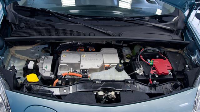 Kell egy hagyományos akku is a villanyautókba, többek között azért, hogy legyen, ami életben tartja az elektronikát akkor is, amikor a nagy akksi teljesen lemerül