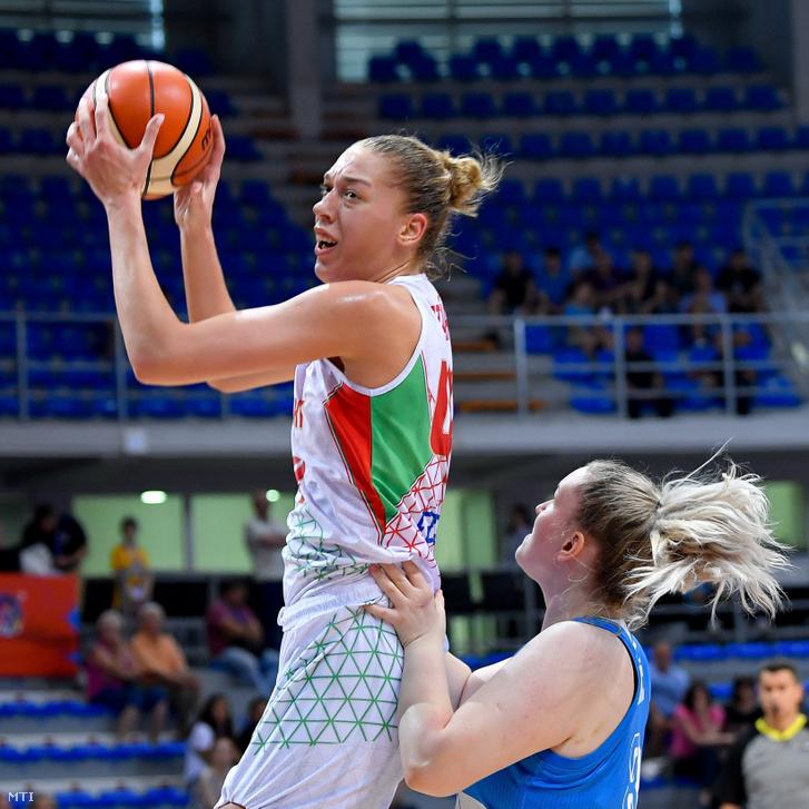Határ Bernadett (b) a magyar és Teja Gorsic a szlovén válogatott játékosa a női kosárlabda Európa-bajnokság C csoportjában játszott mérkőzésen a Cair Sportcenterben a szerbiai Nisben 2019. június 27-én.