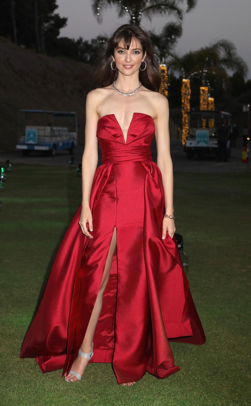 Annabelle Belmondo kifogástalan stílussal rendelkezik. Ez a lábvillantós vörös estélyi tökéletes választás volt.