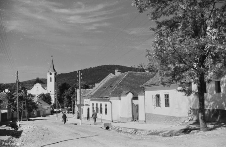A bakonybéli Fő utca 1939-ben, szemben a Szent Mauriciusz templom és monostor.