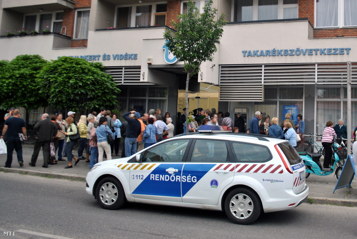 Aggódó ügyfelek várakoznak a bezárt Soltvadkert és Vidéke Takarékszövetkezet kiskunhalasi fiókja előtt. 2012. június 1-jén kelt határozatában a Pénzügyi Szervezetek Állami Felügyelete (PSZÁF) visszavonta a Soltvadkert és Vidéke Takarékszövetkezet tevékenységi engedélyét és elrendelte az intézmény végelszámolását, mert a takarékszövetkezet elveszítette tőkéjét, sőt szavatoló tőkéje negatívvá vált.