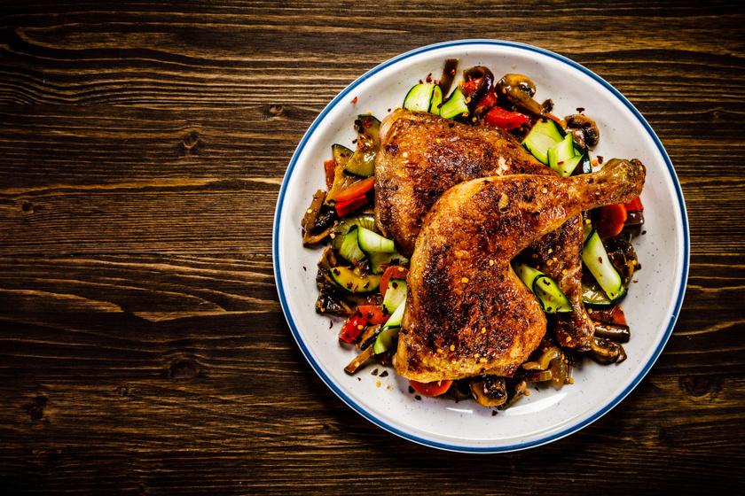 Fűszeres, zöldséges egész csirkecombok a tepsiből: egyszerre omlós, szaftos, ropogós