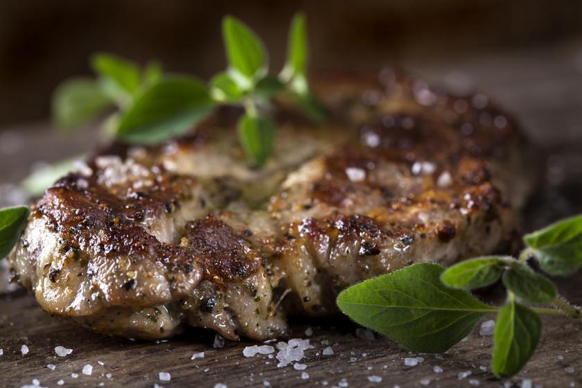 Amerikai szaftos tarja fokhagymás pácban: grillen vagy sütőben is megsütheted