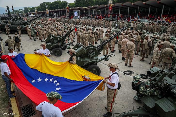 A venezuelai bolivári milícia tagjai a Hugo Chávez néhai államfő elleni sikertelen merénylet 17. évfordulóján tartott állami rendezvényen Caracasban 2019. április 13-án.