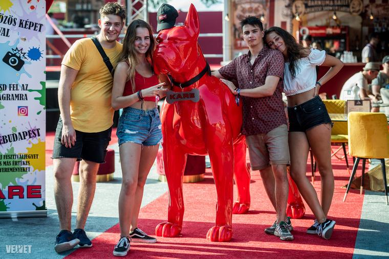 ...hatalmas szobrokkal, például egy óriási tűzpiros kutyával, ami mellett szintén remekül lehet pózolni