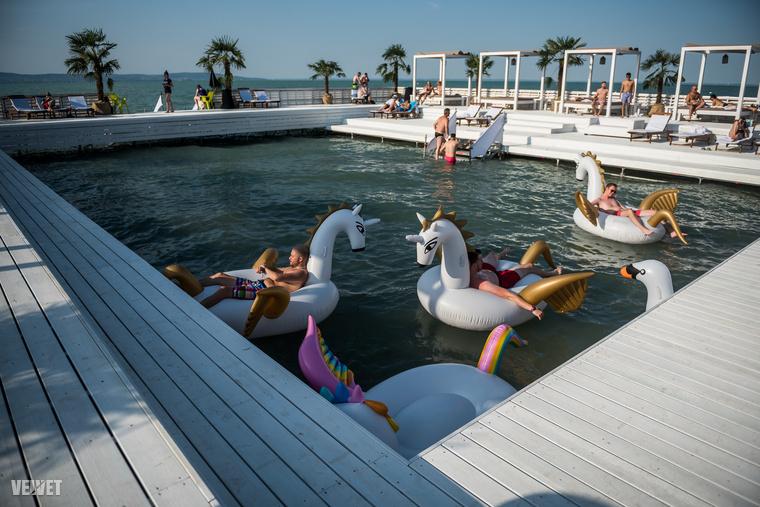 ...ahol a Balatonból leválasztottak egy kis darabot, egy kvázi medencét kialakítva,...