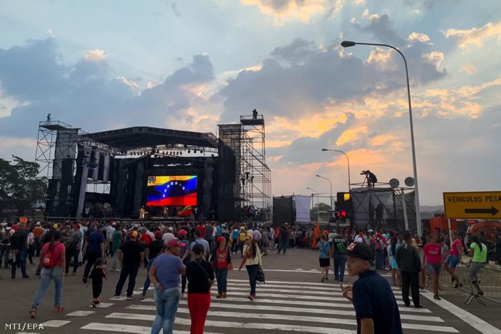 Résztvevõk a Nicolás Maduro hivatalban lévõ venezuelai elnök által elrendelt koncerten a kolumbiai-venezuelai határon Urenában 2019. február 22-én. A határ kolumbiai oldalán a nélkülözõ venezuelaiak megsegítésére Richard Branson brit milliárdos támogatásával szerveztek adománygyûjtõ koncertet a kolumbiai Cúcuta városban. Venezuelában hatalmi harc zajlik Maduro és a magát ideiglenes elnökké nyilvánító Juan Guaidó parlamenti elnök között.