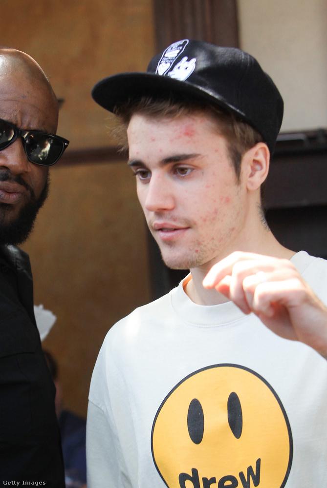 Ez pedig egy paparazzófotó Justin Bieberről, ami július 3-án készült Los Angelesben.