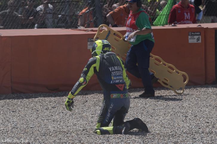 Rossi a kavicságyban, miután kiütötte a hondás Nakagamit Assenben 2019. június 30-án