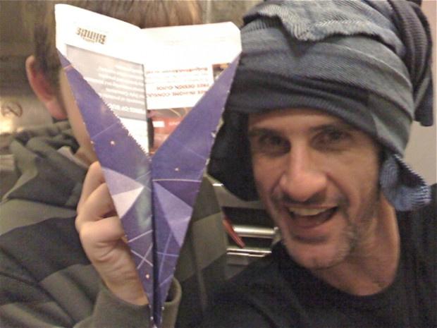 Papírrepülőt is hajtogatott az új barátjával