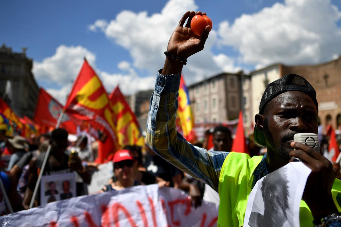 Egy olasz farmon meggyilkoltak egy ott dolgozó illegális bevándorló munkást, ami miatt az USB szakszervezet szervezett tüntetést 2018. június 16-án San Ferdinando-ban