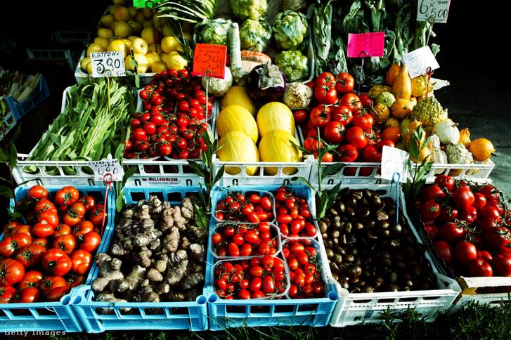 Paradicsom és egyéb zöldségek egy milánói piacon