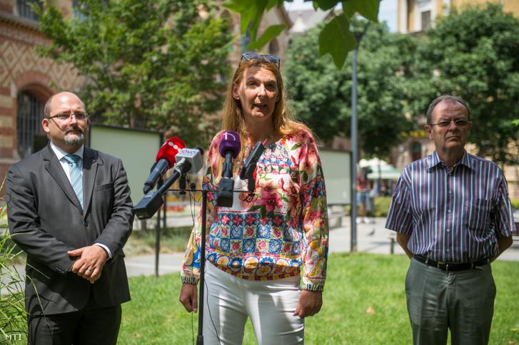 Csárdi Antal, az LMP országgyűlési képviselője, Baranyi Krisztina független IX. kerületi önkormányzati képviselő, a Kulcs a Városhoz, Kulcs a Közélethez Egyesület képviselője és Gegesy Ferenc, a IX. kerület korábbi polgármestere (b-j) sajtótájékoztatót tart a fővárosi Csarnok téren 2019. július 4-én.