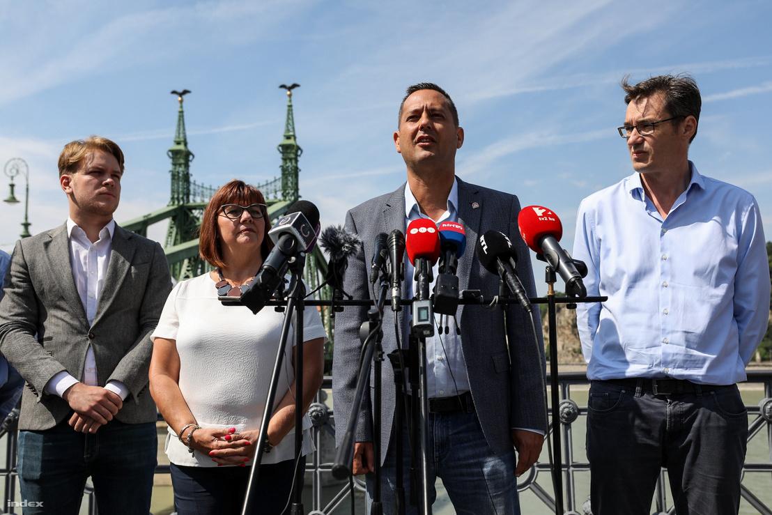 Molnár Zsolt, az MSZP országgyűlési képviselője beszél, mellette Hajnal Miklós a Momentumtól, Gy. Németh Erzsébet és Karácsony Gergely a budapesti sajtótájékoztatón 2019. július 5-én