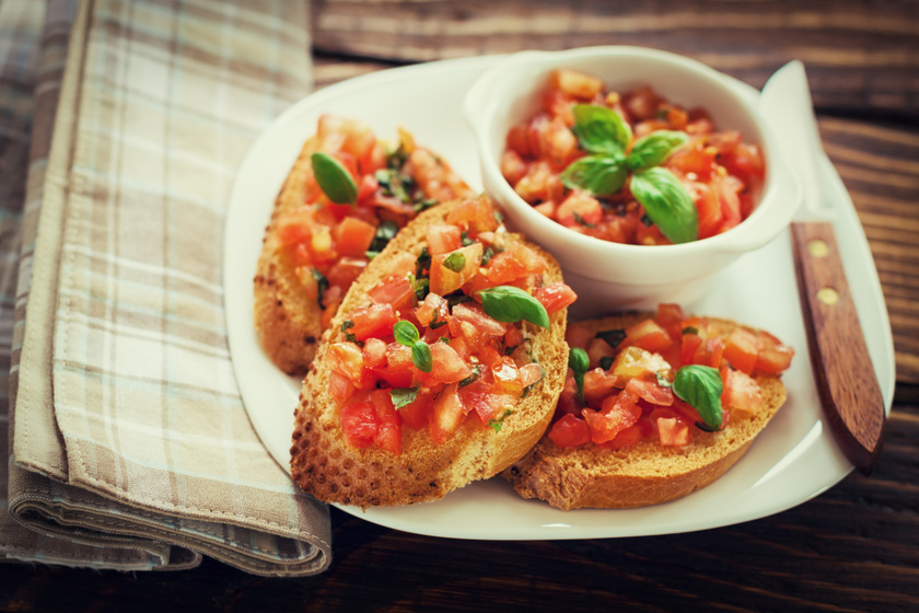 Paradicsomos bruschetta bazsalikommal, olívaolajjal: az olaszok kedvenc nyári szendvicse