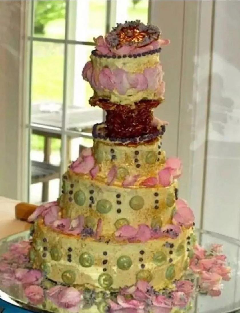 Hogy a párnak volt ilyen elképzelése, vagy a cukrász rontotta el a tortát, azt nem tudjuk, mindenesetre az biztos, hogy ilyet nem sokan látnának szívesen a nagy napjukon.