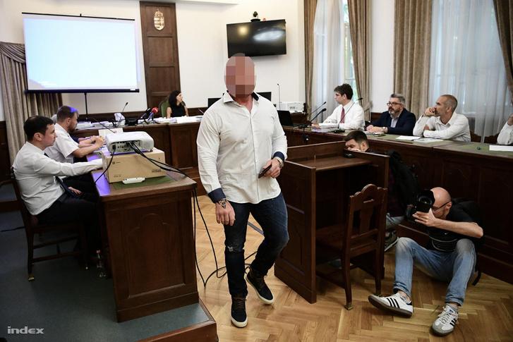 M. Richárd érkezik a bírósági meghallgatásra 2019. július 5-én
