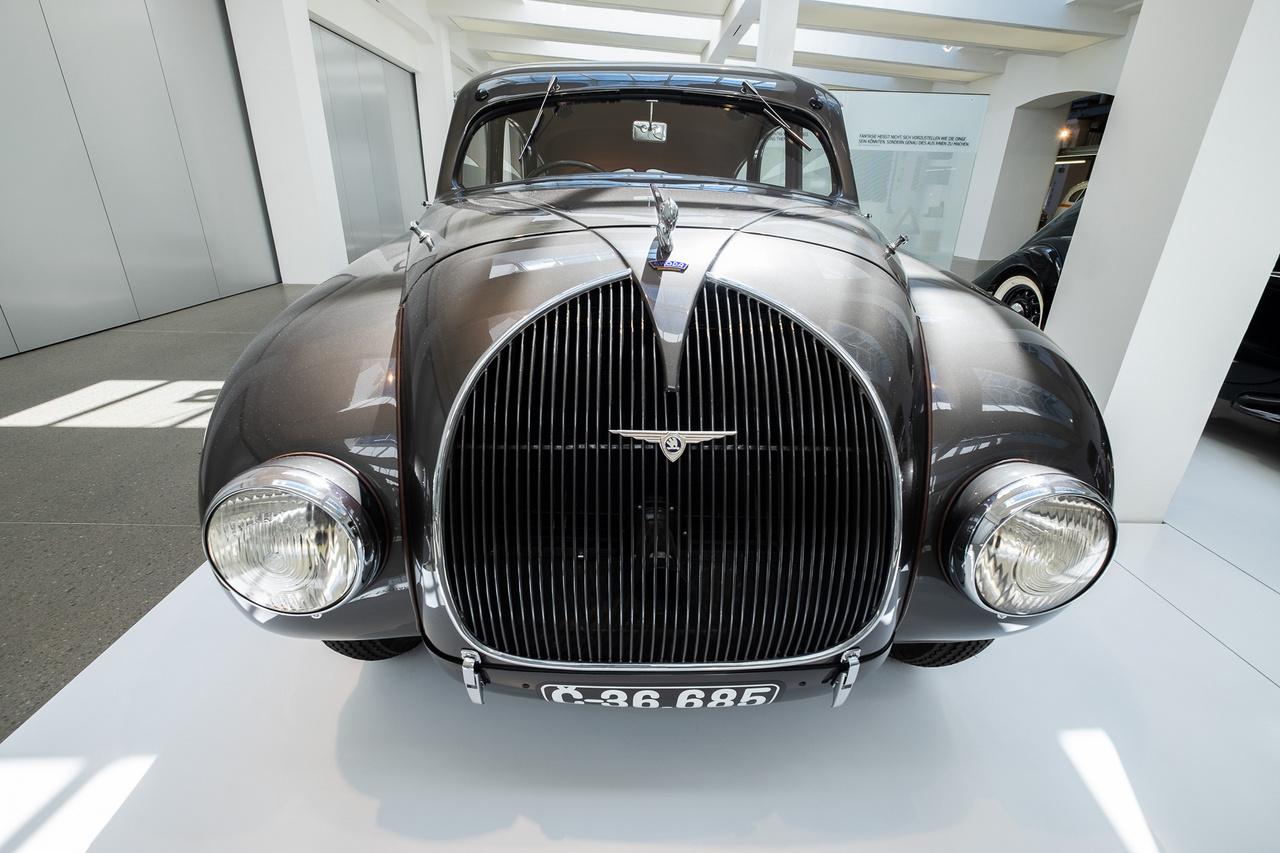 A motorja kétliteres, négyhengeres, 55 lóerős. végsebessége 140 km/h