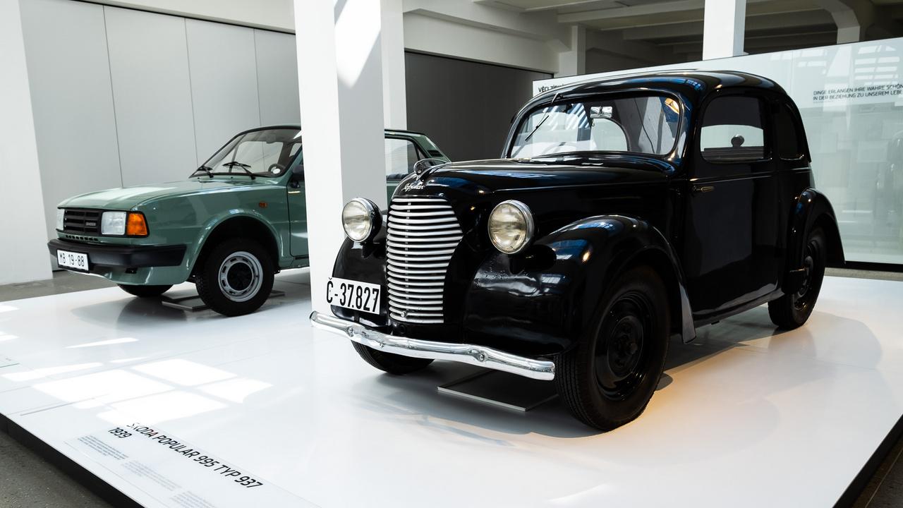 Skoda Popular - 1931-től gyártották, ez a példány 1939-es. A márka első nagyszériás kocsija, ezres motorja 22 lóerőt tudott, a vége 90-nél volt