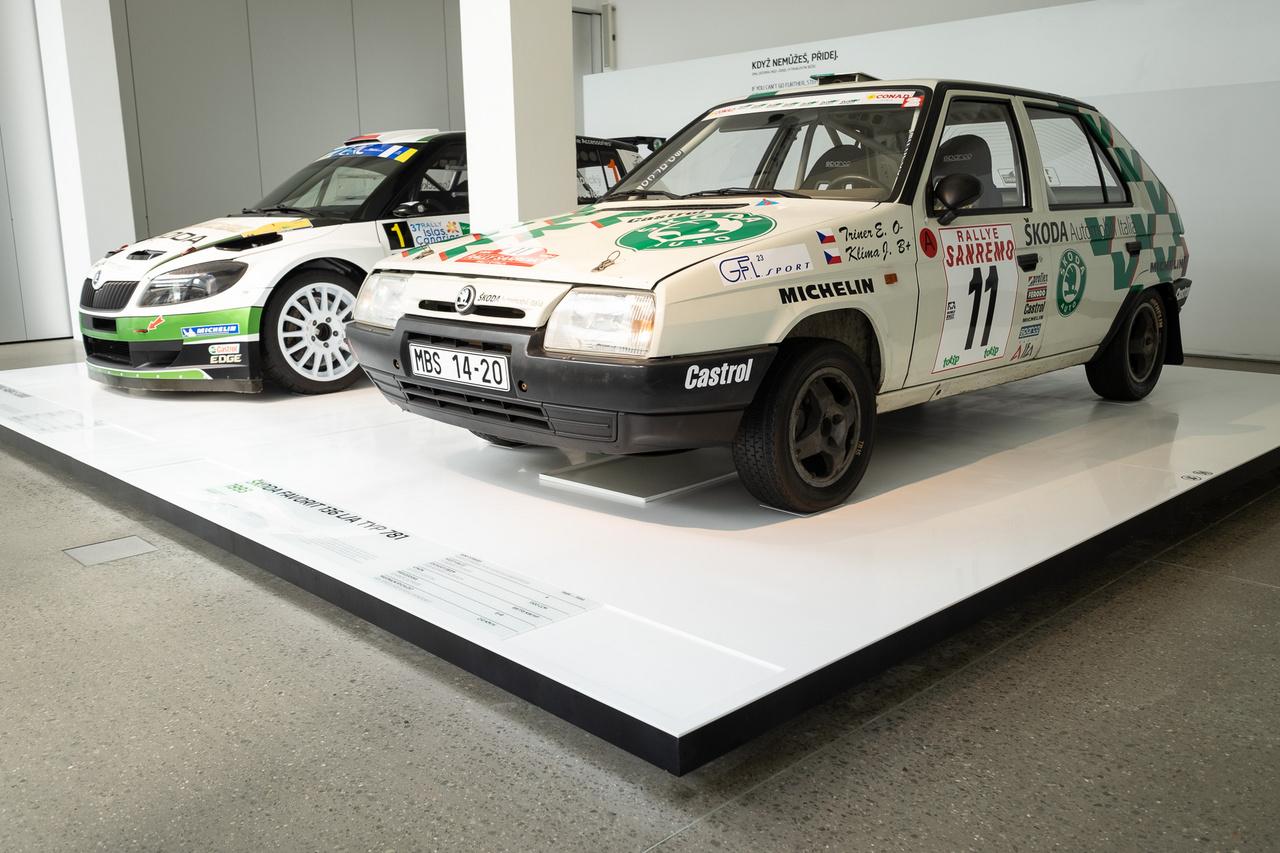 """Ahogy a kiírás fogalmaz: 1987-ben a Favorit nyitotta meg az elsőkerék-hajtásos kocsik korszakát a Skodánál, rövidesen versenyezni is kezdtek vele, majd idővel ebből lett a tökéletes sportautó. Bár a """"tökéletes sportautóról"""" alkotott fogalmaim némiképp eltérnek a Skoda Múzeumétól, azt el kell ismerni, hogy ezzel a 118 lóerőre felhúzott, hatfokozatú váltós, 210-et megfutó géppel a Skoda 1994-ben megszerezte az F2-es széria FIA ralivilágbajnoki címét"""