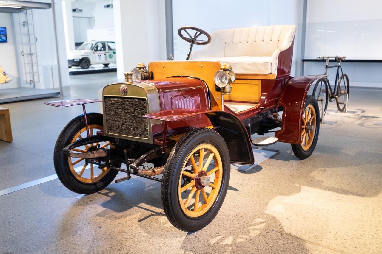 Laurin&Klement Voiturette Typ A 1906-ból. Az autógyártásba ezzel a példánnyal belekezdő motorkerékpár-gyártó néhány sportsiker és költségelemzés után kis szériában külső vevőknek is készített az autóból