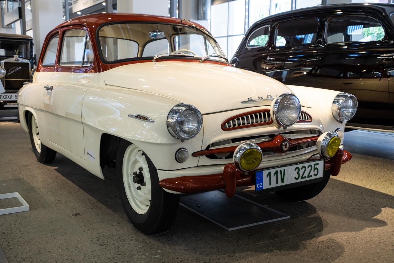 Bár sokan rávágnák, hogy egy Octavia, de nem, ez még annak a laprugós fél-elődje, egy 1960-ból származó, Typ 985-ös Spartak, ráadásul egy ralikivitel