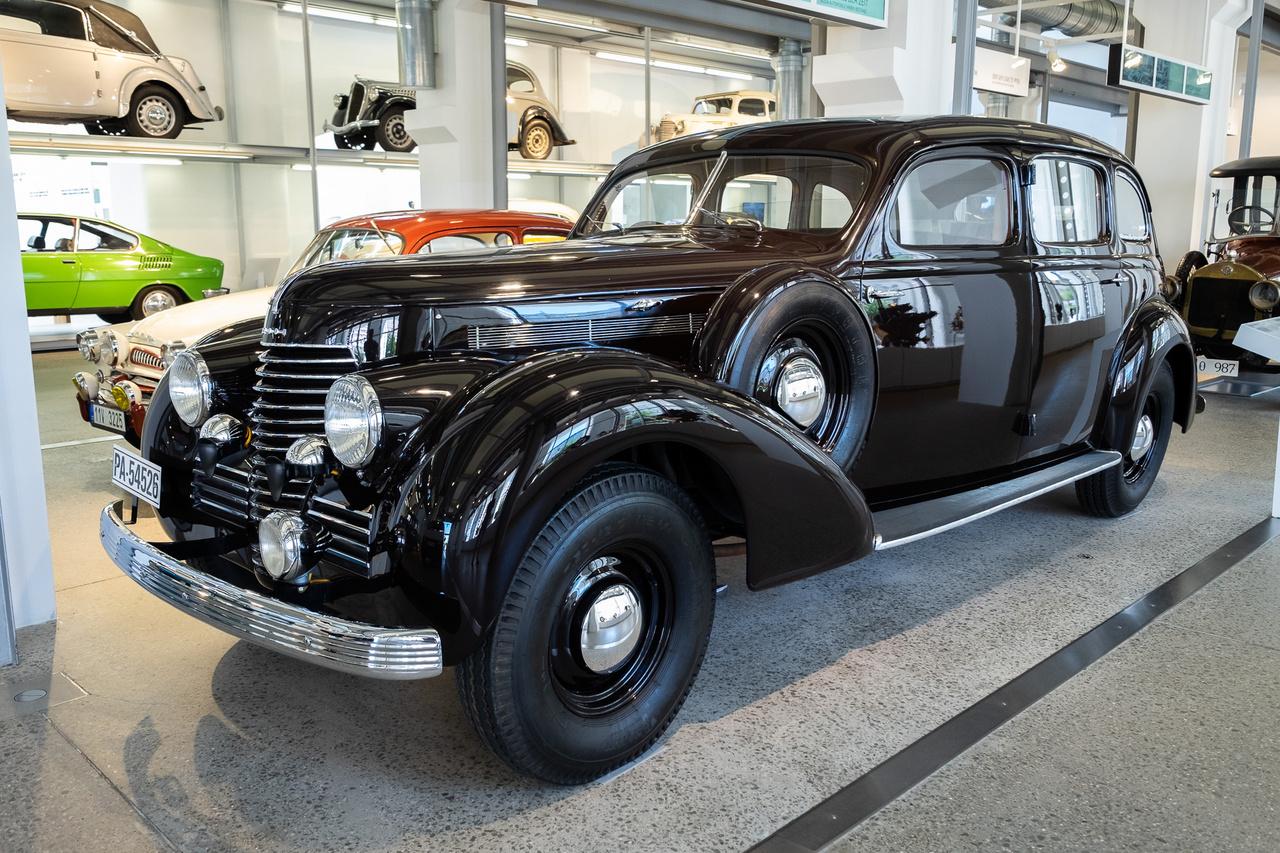 """Oké, akkor itt van mindenkinek nézegetni - ekkora dög volt az eredeti, nem Passat-alapú Superb. A Volkswagen 1940-ben még csak nem is álmodott arról ugyanis, hogy ilyen komplexitású autókat készítsen. A Superb (nem """"szuper-bé"""" hanem """"szuperb""""!) 4000 Typ 919 orrában négyliteres, V8-as motor lüktette furcsa alapjárati taktusát, de létezett belőle 3000-es, sorhatos is"""