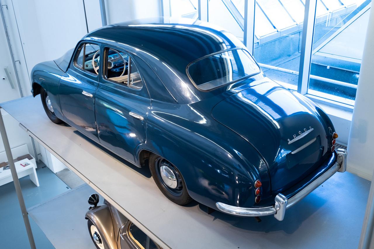 Skoda 1200, az első Mladá Boleslav-i autó teljes önhordó acélkarosszériával és már 12 voltos elektromos rendszerrel, 1952-ből. Kevés készült belőle, de marha elegáns