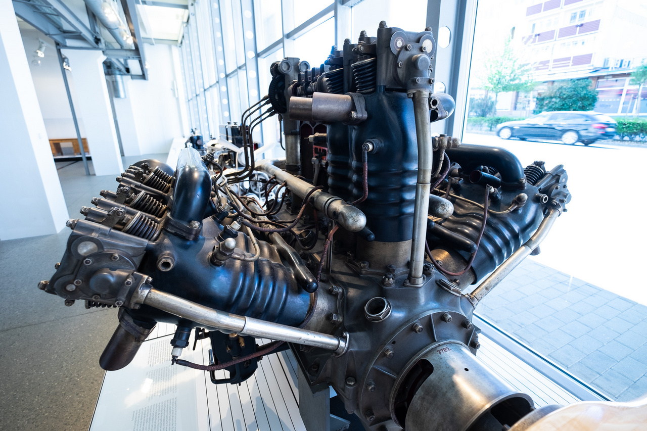 És hogy a Skoda nemcsak autókat készített, hanem komolyabb dolgokat is, sőt, hogy már a Bugatti Veyron előtt is volt W12-es motorja: ez egy Lorraine-Dietrich-licenc alapján készített, kétfedelű vadászgépekbe való motor. A 450 lóerős blokk 1926-ból származik és döbbenetes