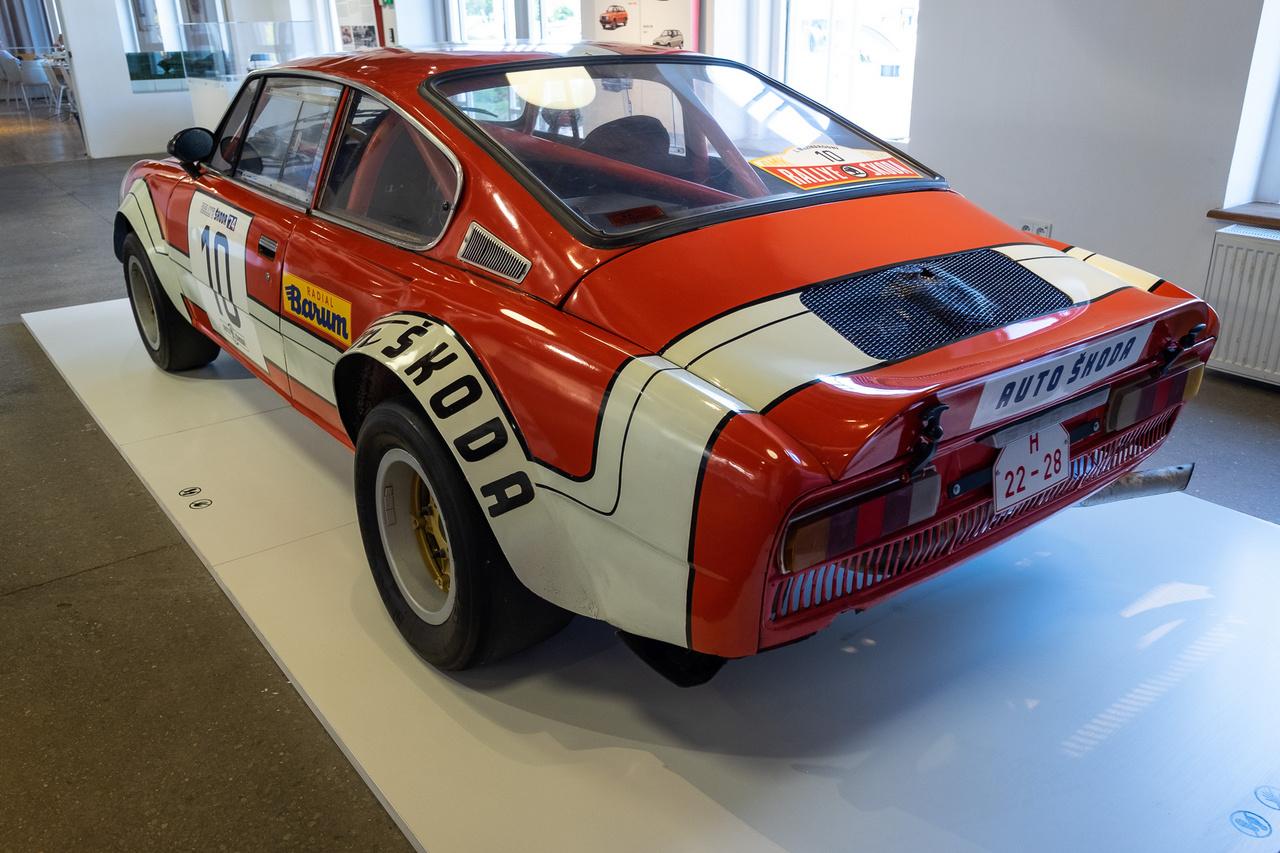 Az 1974-es Skoda 200RS hat centivel szélesebb és tizenöt centivel alacsonyabb volt a 110R-nél, farában pedig 1,8 vagy kétliteres motor üvöltött, nyomatékát ötfokozatú Porsche-származék váltón át juttatva a hátsó kerekekhez